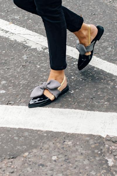 581a3b11b اقتني منتجات الموضة المرفقة من الأحذية من دون كعب لتحصلي على اطلالات صيفية  أنيقة ومريحة.