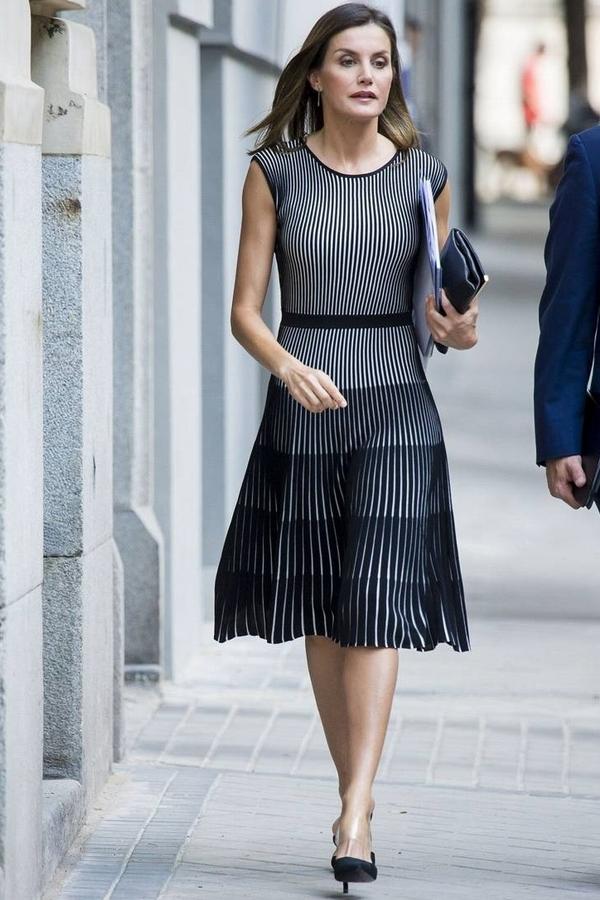 تسوقي اطلالة الملكة ليتيسيا الأنيقة باللون الأسود get the look Queen Letizia