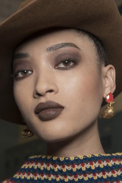 أجمل درجات أحمر الشفاه البني لشتاء 2019 Brown lips beauty makeup trend