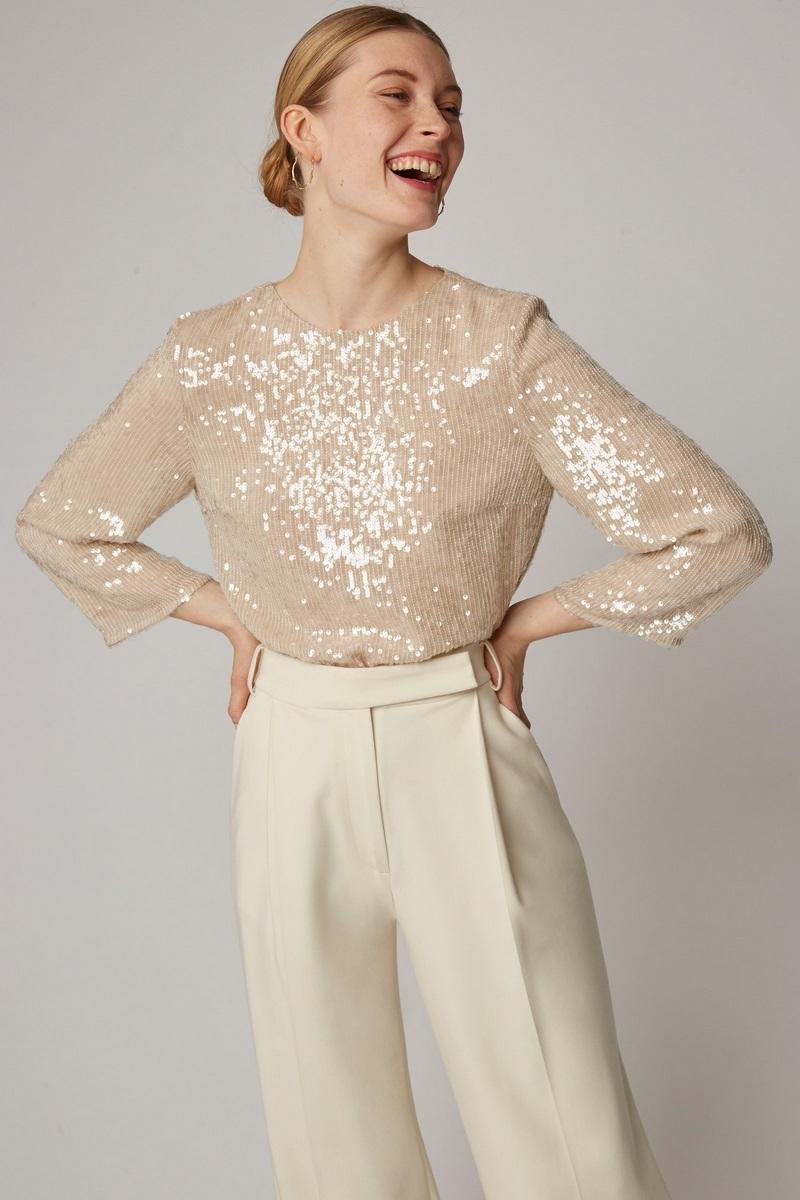 تسوقي منتجات الموضة المرفقة من أجمل تصاميم البلايز ذات التصاميم المحتشمة مع لمسات من العصرية.