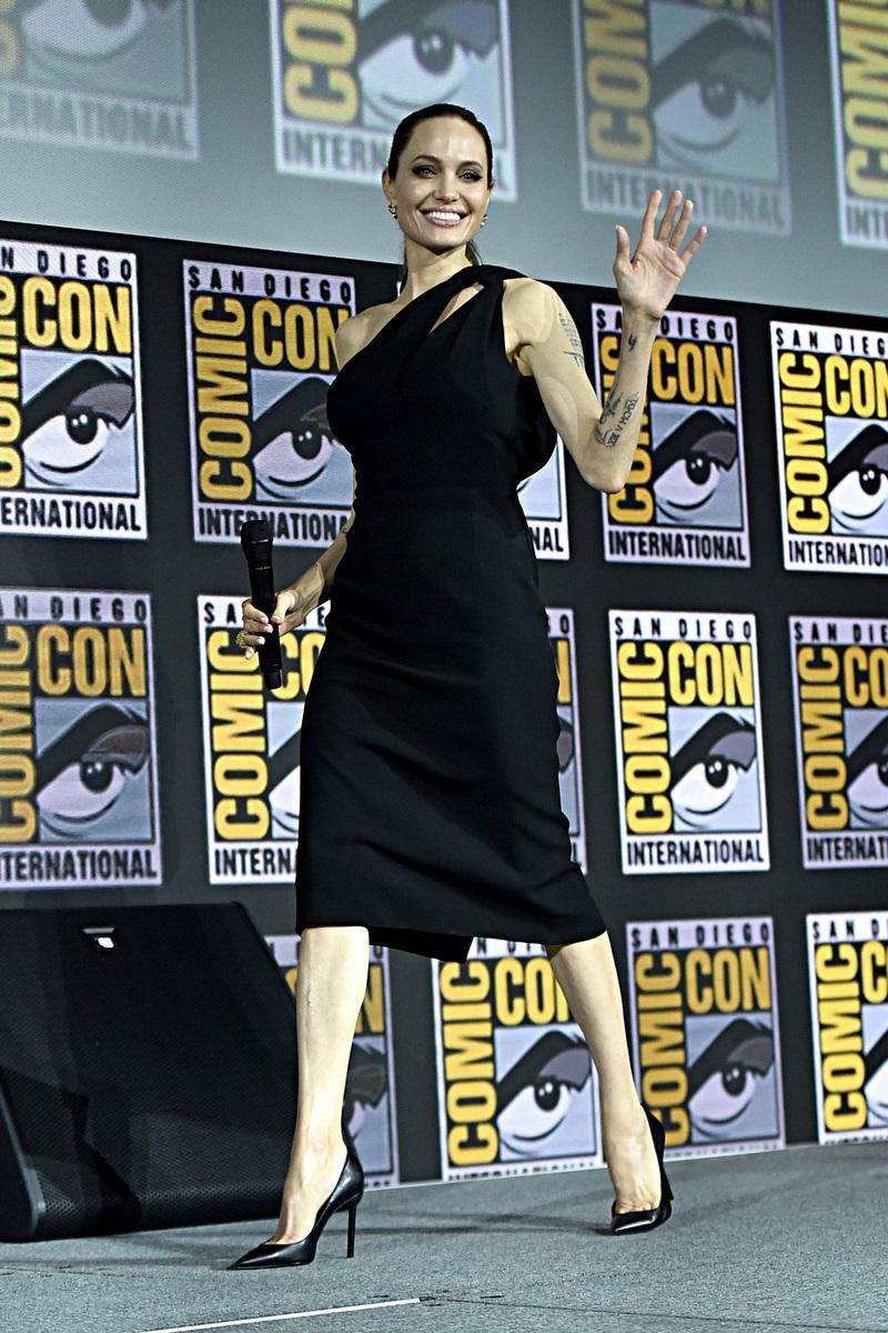 تسوقي منتجات الموضة المرفقة لتحصلي على اطلالة  أنجيلينا جولي Angelina Jolie الراقية بالأسود.