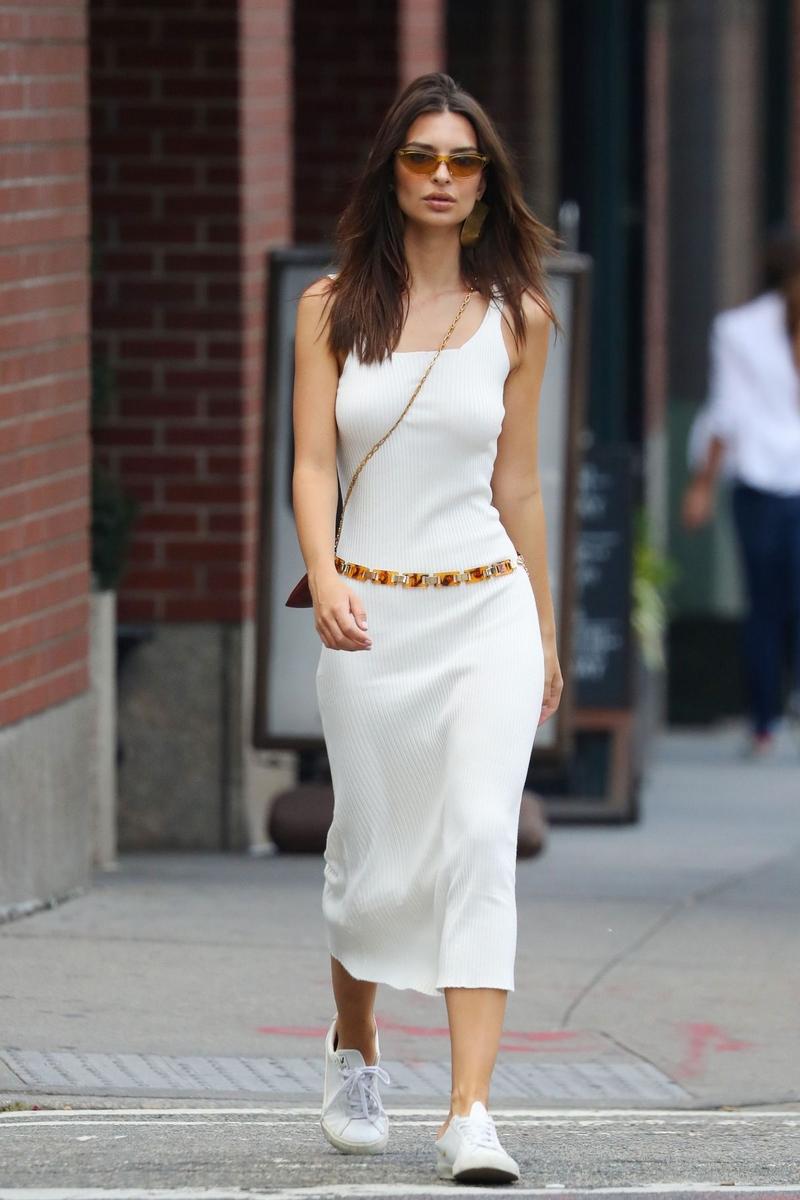 تسوقي منتجات الموضة المرفقة من أجمل تصاميم الأزياء والاكسسوارات لتحصلي على اطلالة إيميلي راتاجكوسكي.