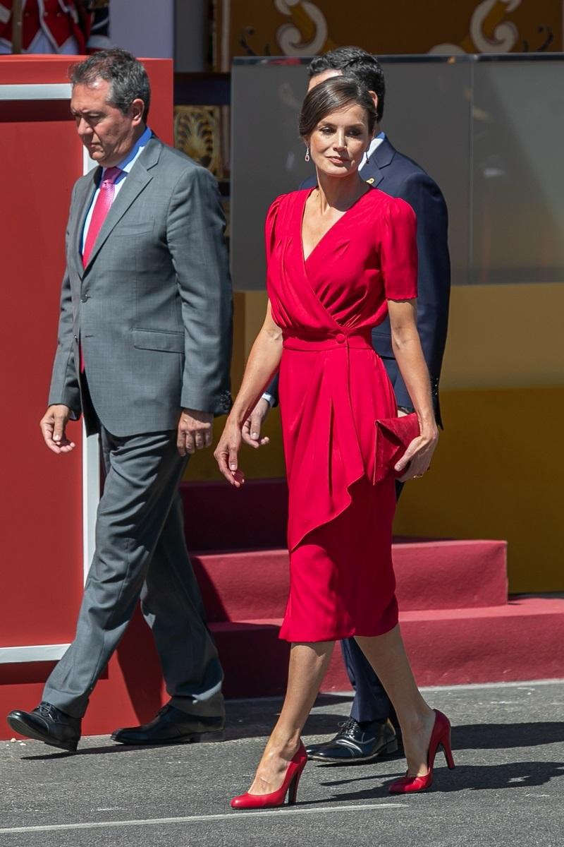 تسوقي منتجات الموضة المرفقة من أجمل تصاميم الأزياء لتحصلي على اطلالة الملكة ليتيسيا بالأحمر.