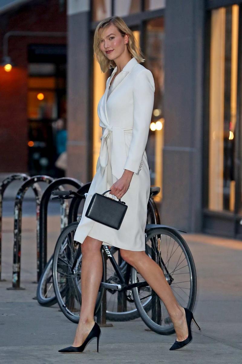 تسوقي اطلالة كارلي كلوس الأنيقة باللون الأبيض
