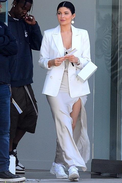 تسوقي اطلالة كايلي جينير الأنيقة باللون الأبيض