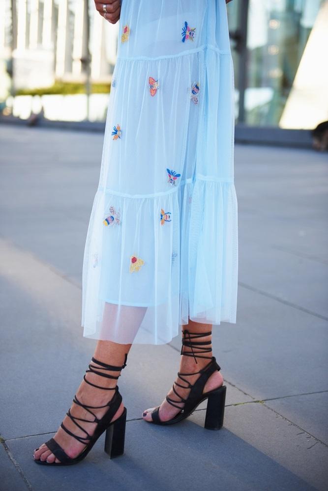 تسوقي منتجات الموضة المرفقة من أجمل موديلات صنادل بكعوب عريضة ومريحة لمناسبات الصيف.