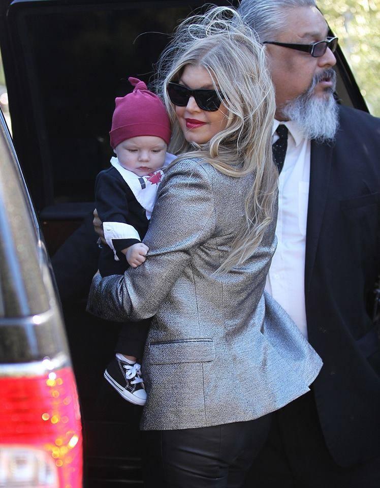 فيرغي تحتضن ابنتها مبتسمة لعدسات الباباراتزي