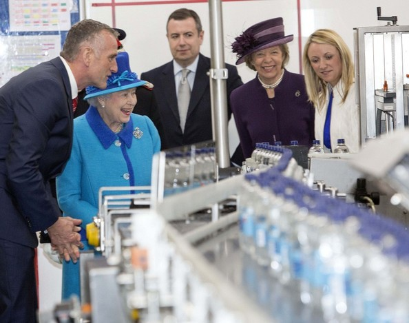 بالصور: الملكة إليزابيث تزور شركة Princes Gate Spring Water