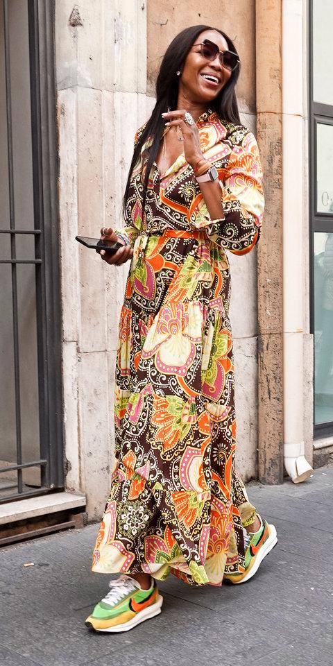 إطلالة كاجوال للجميلة NAOMI CAMPBELL بفستان شبابي مزخرف وملوّن