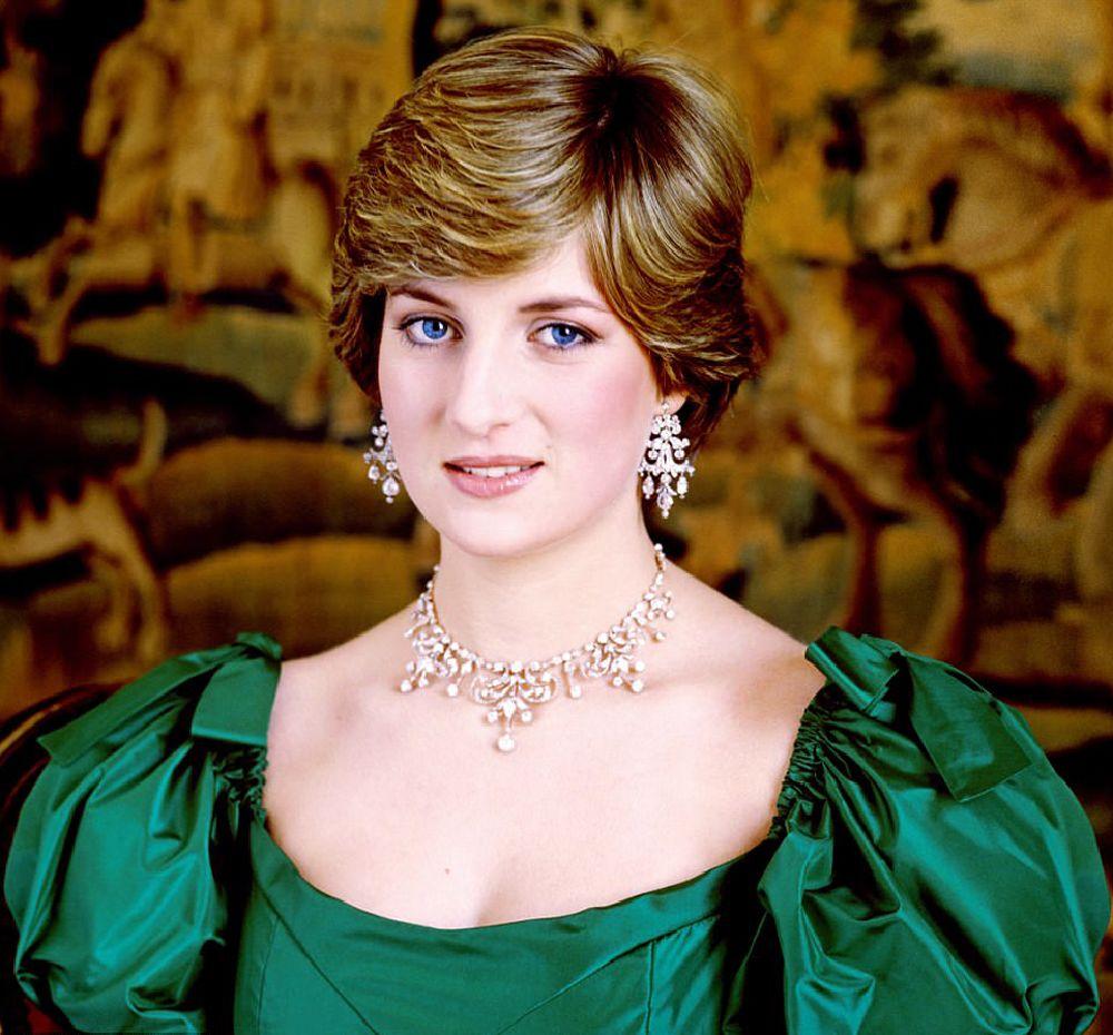 اطلالة الأميرة ديانا بمجوهرات الماس في صور خطبتها