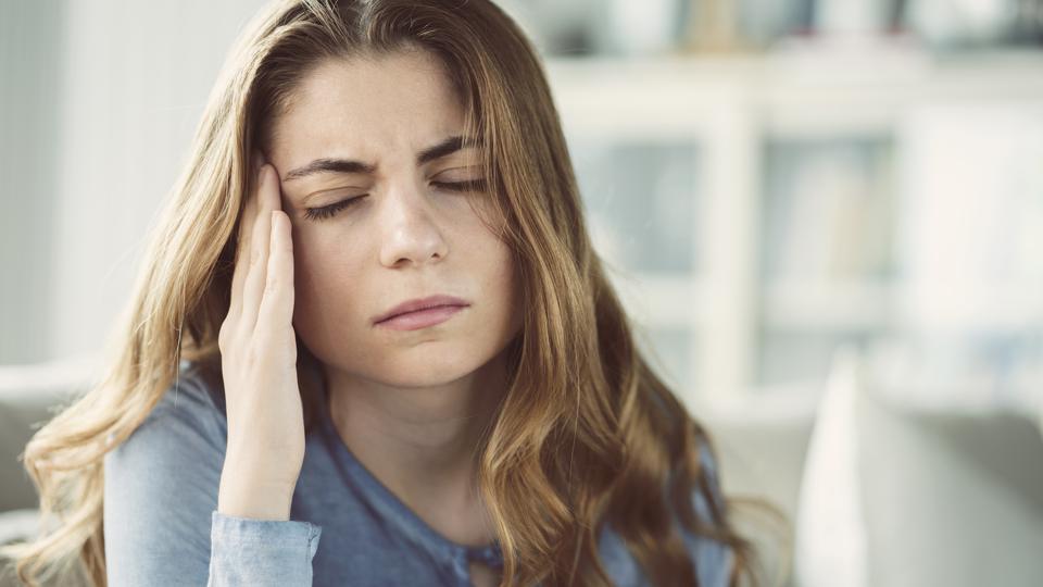 الصداع النصفي مرض مزمن يحتاج نظاماً غذائياً للسيطرة عليه