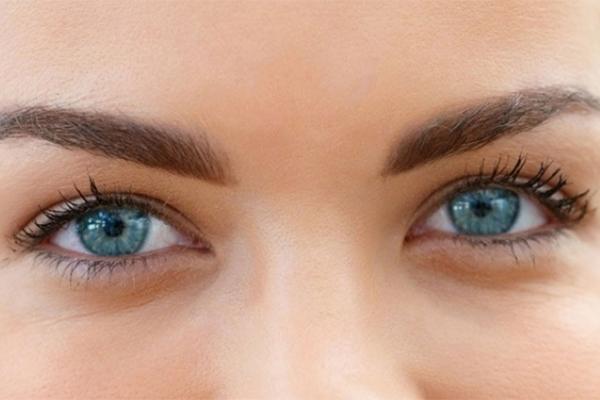 الأشخاص ذوي العيون الزرقاء أكثر عرضة للإدمان على الكحول