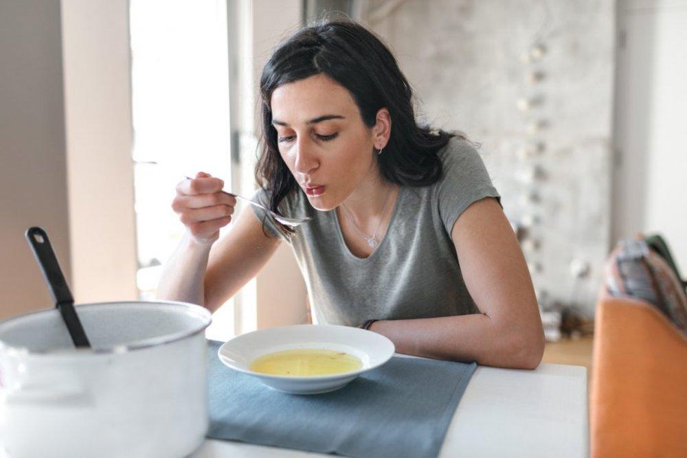 شرب السوائل الدافئة لمنع جفاف الاغشية المبطنة للجهاز التنفسي.
