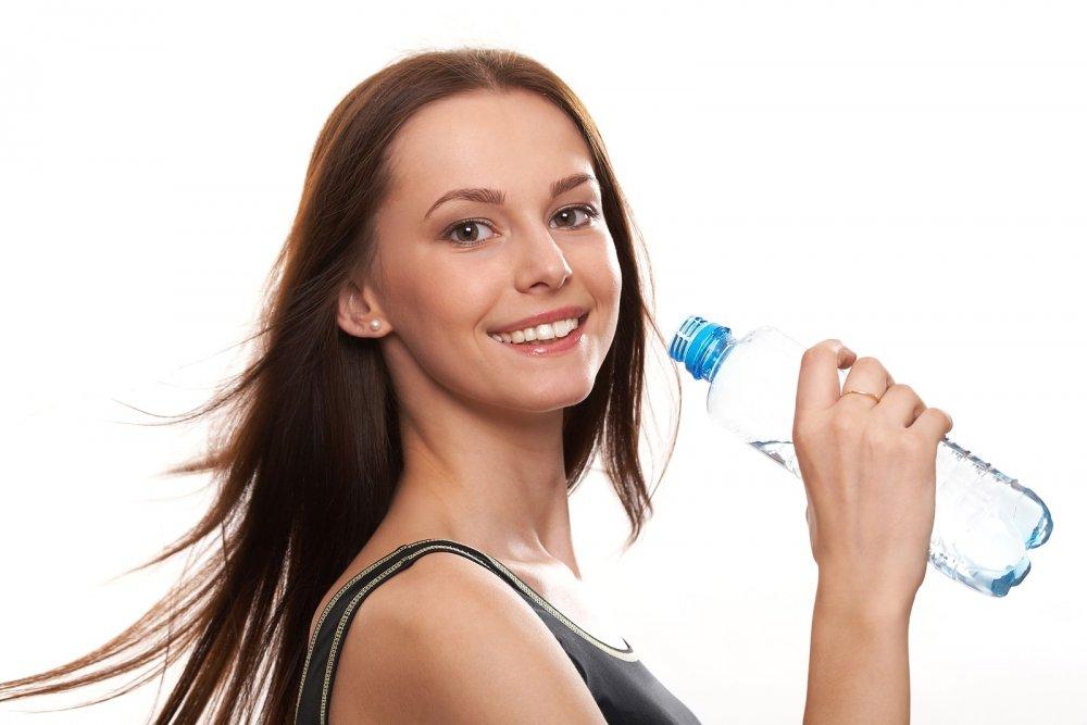 شرب الماء يساعد على ترطيب الشفاه