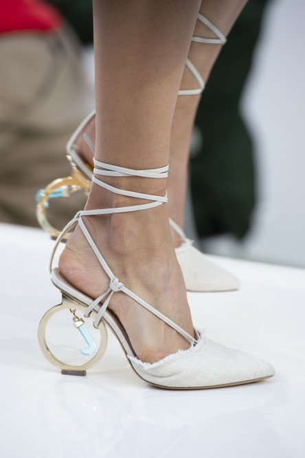 374bbfbb474a8 كيف ترتدين الأحذية البيضاء في صيف 2019؟ - مجلة هي