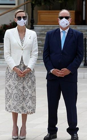 أميرة موناكو ترتدي القناع بأسلوب ملكي مع الفستان المزخرف
