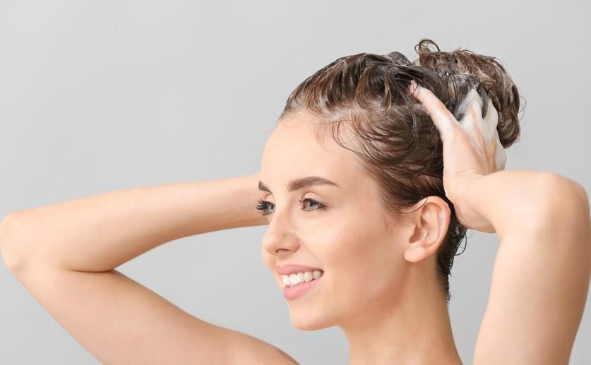 نصائح جمالية لغسل الشعر الضعيف المصبوغ في شتاء 2021