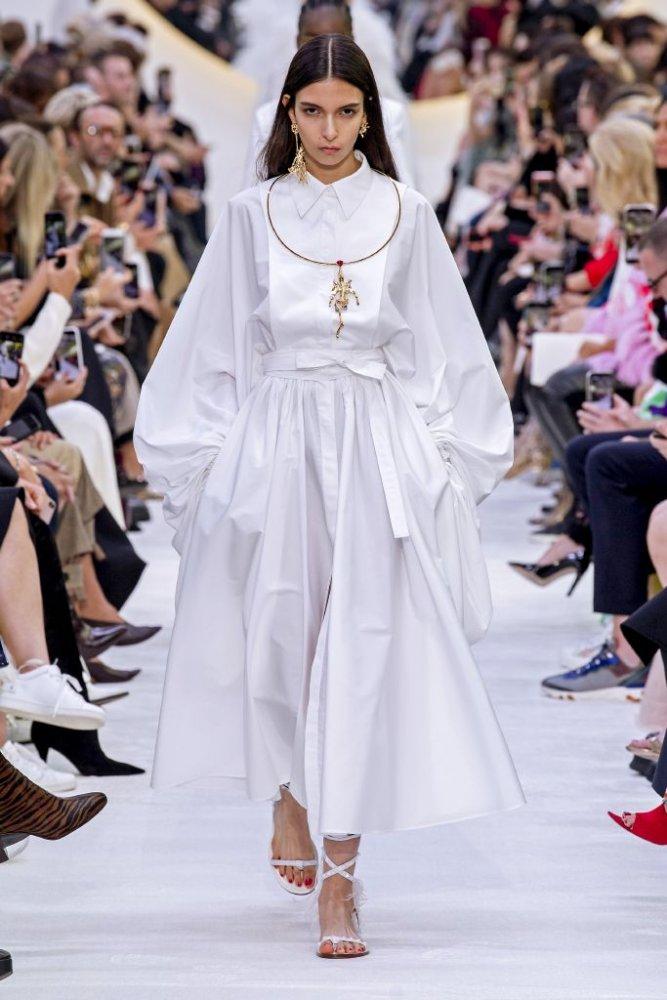 ملابس بيضاء مع اكسسوارات ذهبية لضمان راحتك في المنزل