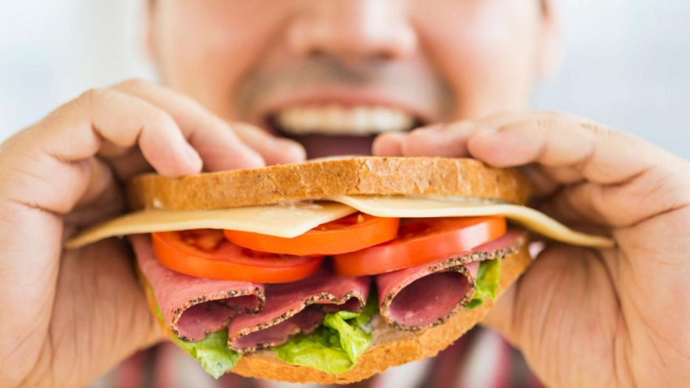 الأشخاص الذين يلتهمون الطعام بسرعة هم أكثر عرضة لزيادة الوزن