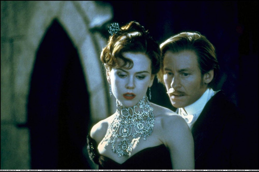 شخصية ساتين مرتدية عقد فيلم Moulin Rouge الماسي