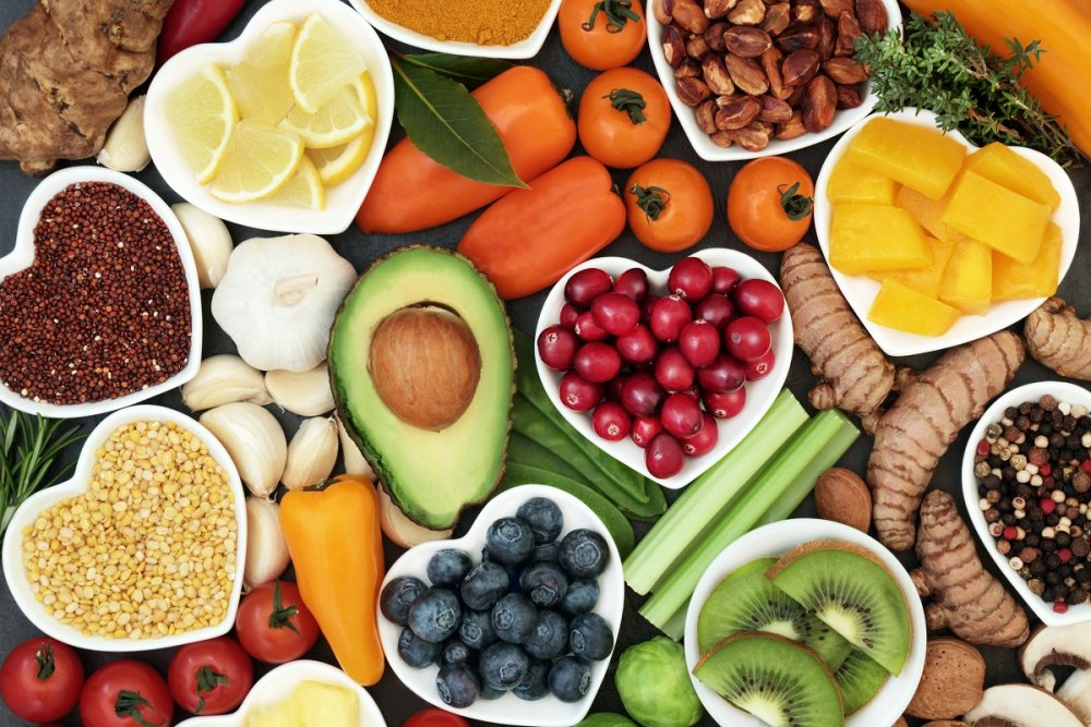 يجب تناول ضمن رجيم الفواكه الخضار غير النشوية و المكسرات النيئة.