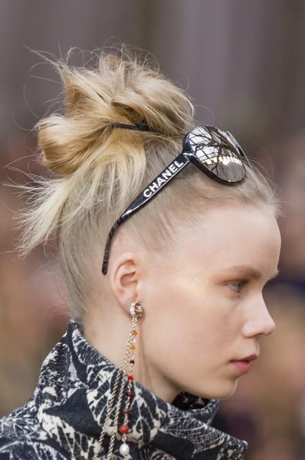 مكياج عفوي وتسريحات شعر عالية في عرض شانيل - مجلة هي