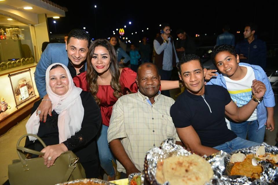 صور محمد رمضان في أول ظهور له مع والده والشبه كبير بينهما مجلة هي