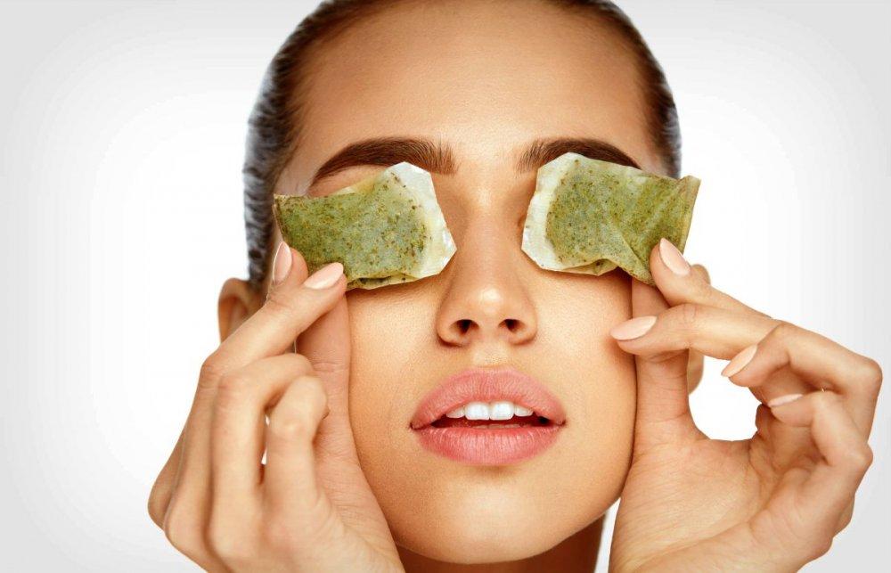 كمادات الشاي تساعد في تفتيح لون البشرة تحت العين