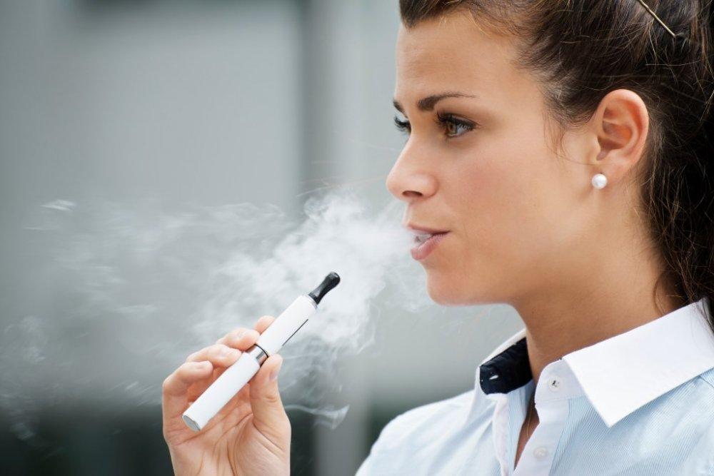دخان السجائر الإلكترونية يساهم في انتشار كورونا