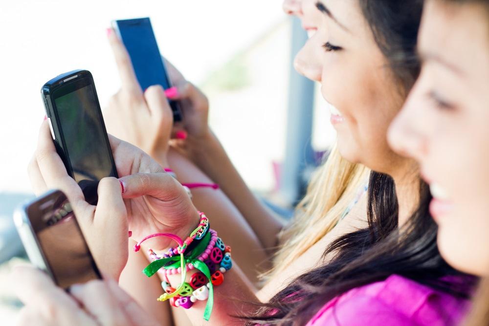 مخاطر الهواتف النقالة على جيل الشباب