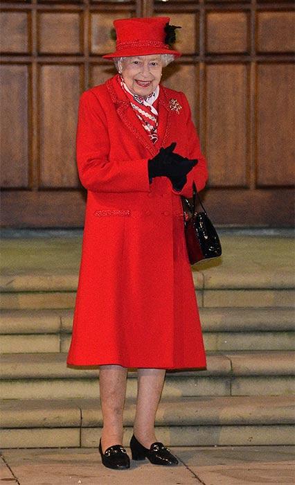 ملكة بريطانيا بمعطف من تصميم أنجيلا كيلي