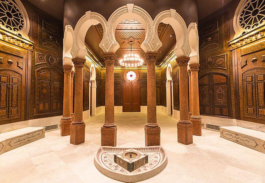 الجدران الخشبية المشغولة باليد من داخل متحف سرسق