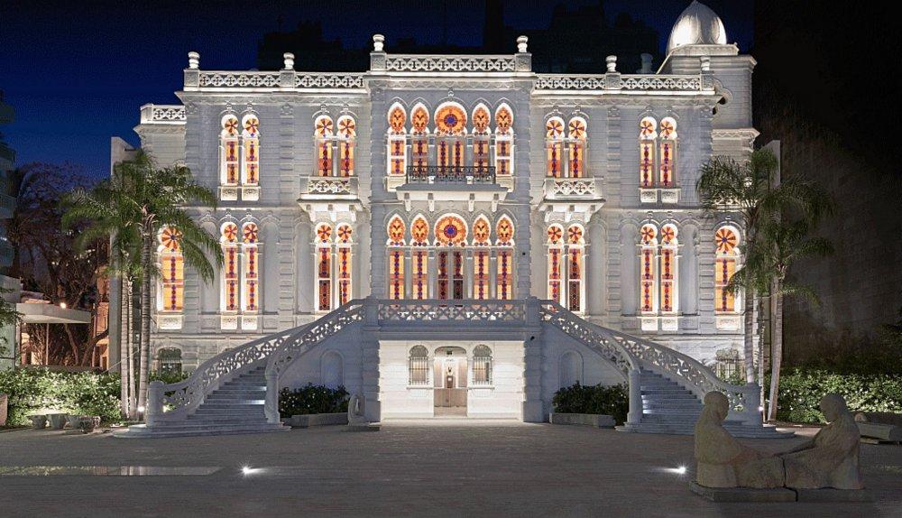 واجهة متحف سرسق الرائعة بجمال نوافذها وإضاءتها الفنية