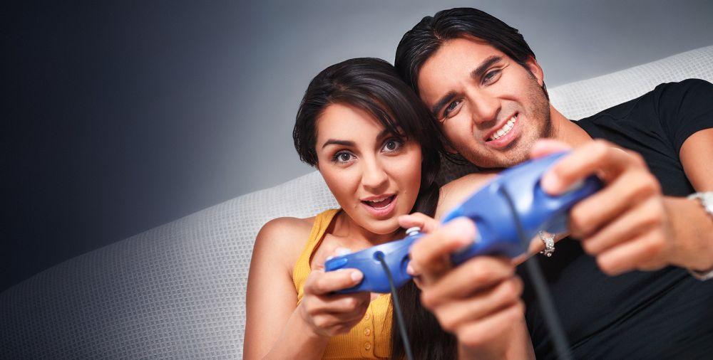 هل يدمن زوجك ألعاب الكمبيوتر والجوال؟... أعيديه إليك بهذه الطرق