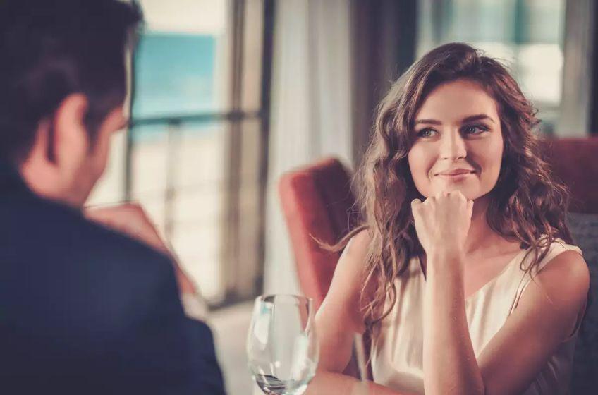 اهم الاختلافات في طريقة الرجل والمرأة عند الوقوع في الحب - مجلة هي