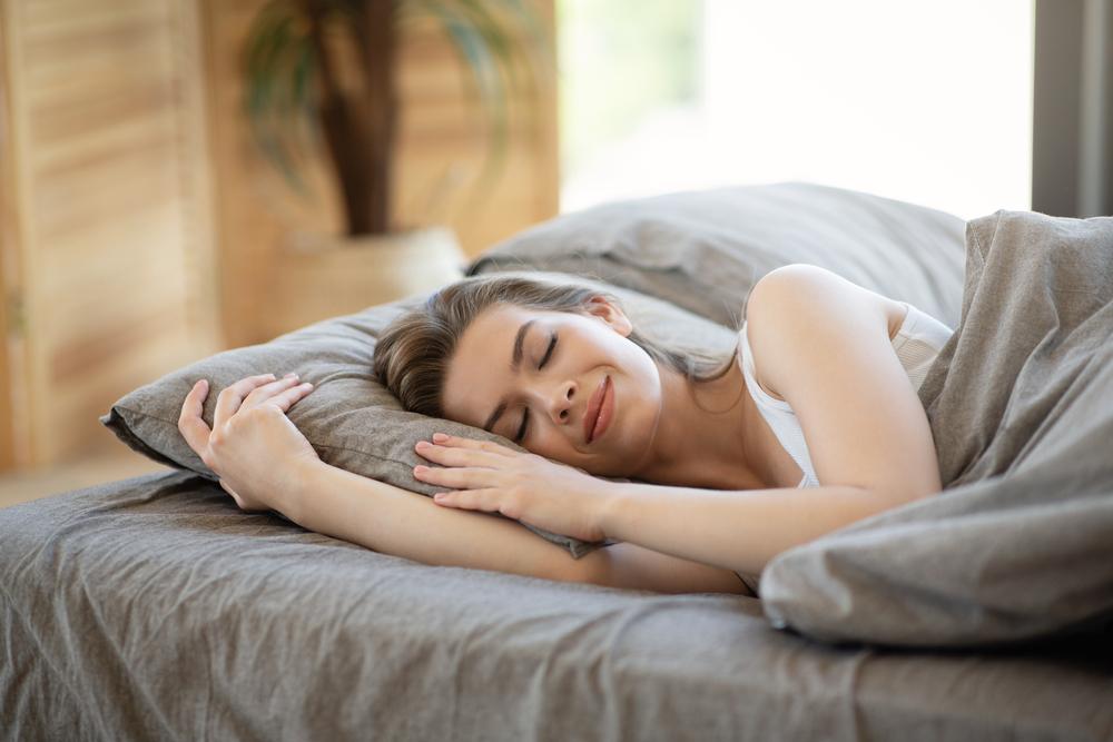 من الضروري الحصول على قسطٍ كافٍ من النّوم، لإراحة الجسم واسترجاع لون العين الطّبيعي الأبيض