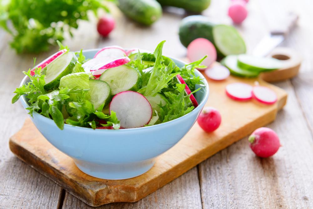 فوائد الفجل تتنعم مع الخضروات الداكنة لتحفيز عملية الايض والتخسيس.