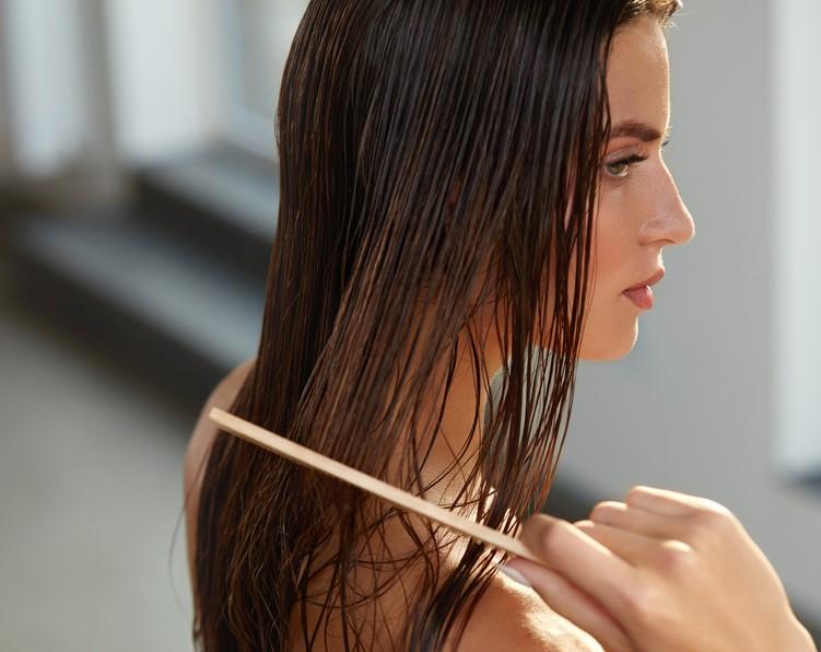 نصائح جمالية تتطلب تمشيط الشعر اثناء الاستحمام لحمايته من التكسر بعد غسله