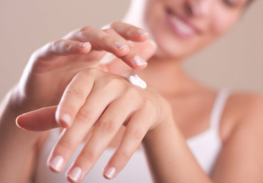 تقشير اليدين يساعد على التخلص من البقع الداكنة