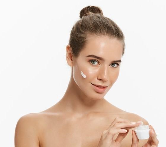 نصائح جمالية لاستخدام مريضة سرطان الثدي المرطبات الكريمية