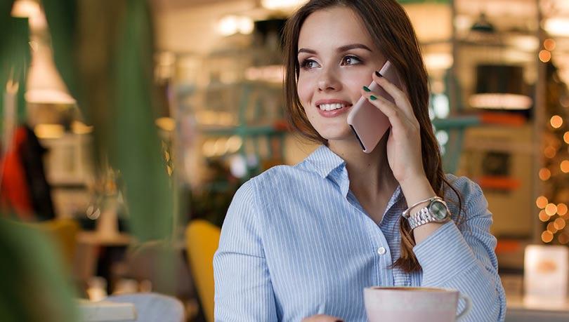 كثرة الحديث بالهاتف المحمول يسبب حب الشباب