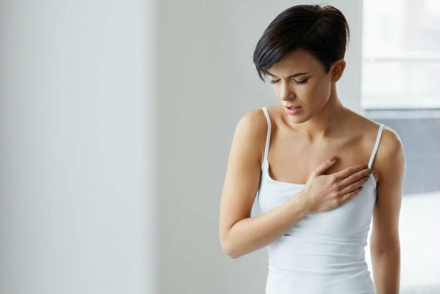 تعاني بعض النساء من الم الثدي بعد الدورة بشكل شديد
