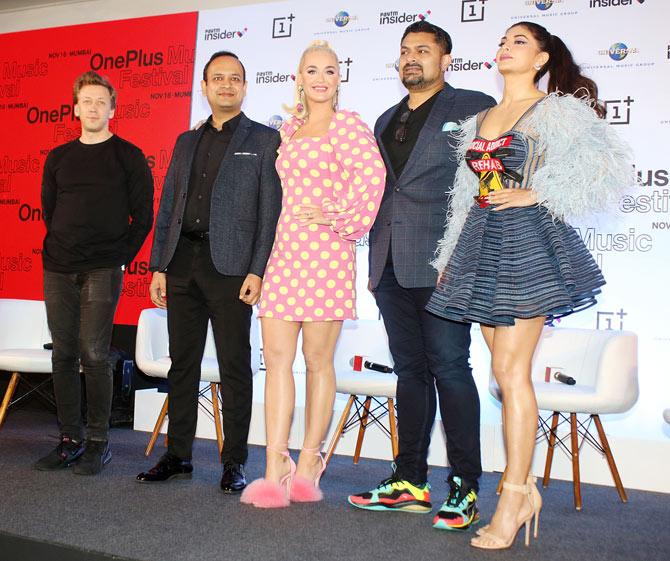 كيتي بيري وجاكلين فيرنانديز في مؤتمر صحفي استعدادا لحفل كيتي الموسيقي في مومباي - مجلة هي