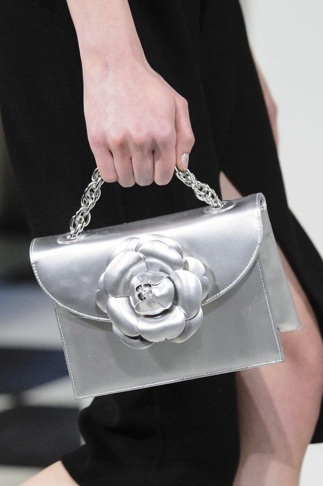 ad2c2b1c705d4 حقائب يد باللون الفضي للسهرات - مجلة هي