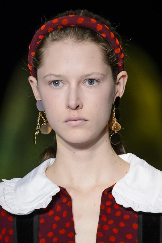 مكياج عيون طبيعي وتسريحات شعر عفوية في أسبوع نيويورك للموضة - مجلة هي