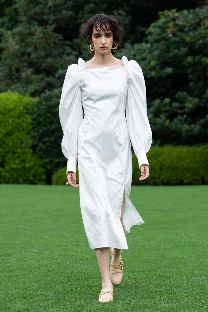 موديلات فساتين بيضاء محتشمة مع الساتان من دار Adeam