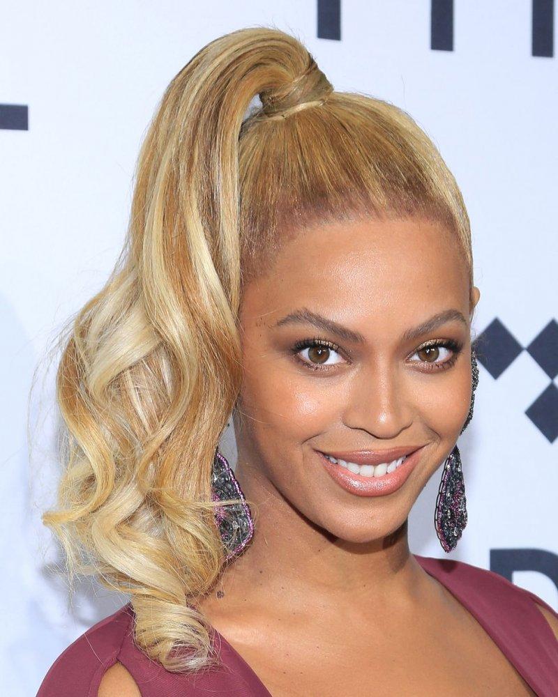 تسريحات شعر ذيل الحصان العالية والجانبية على طريقة Beyoncé