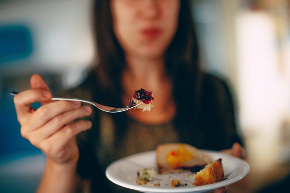 قومي بمضغ الطعام جيداً واعتمدي على الاعتدال في الاكل في عيد الاضحى