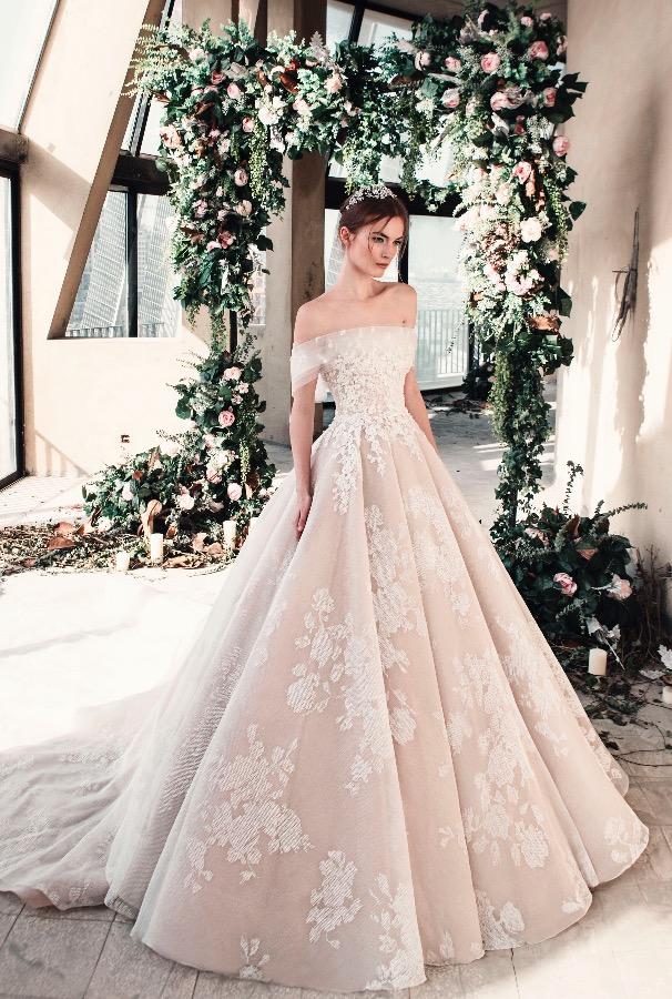 d4e1a3669 فساتين زفاف باللون الوردي موضة ربيع 2019 - مجلة هي