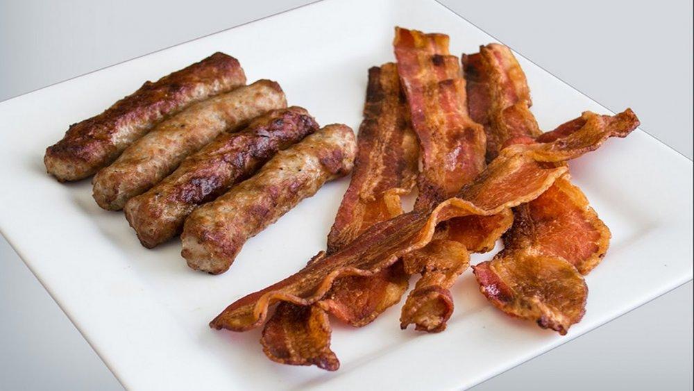 اللحم المقدد والسجق كونها مشبعة بالدهون وتزيد من خطر أمراض القلب